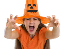 做惊吓的万圣节帽子的妇女姿势 库存图片