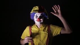 做惊恐面孔的可怕小丑 特写镜头 股票视频
