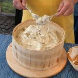 做意大利乳酪的工匠 免版税图库摄影