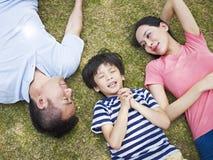 做愿望的小亚裔男孩 免版税库存照片
