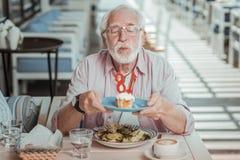 做愿望的被集中的有胡子的人在生日 库存图片