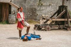 做戏剧性分级法的演员作为在Baux de普罗旺斯的城堡的中世纪战斗机 免版税库存照片