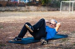 做户外锻炼的老人咬嚼 图库摄影