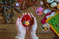 做手工制造复活节彩蛋由毛毡用您自己的手 儿童DIY概念 做复活节装饰或贺卡 库存照片