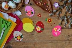 做手工制造复活节彩蛋由毛毡用您自己的手 儿童DIY概念 做复活节装饰或贺卡 库存图片