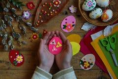 做手工制造复活节彩蛋由毛毡用您自己的手 儿童DIY概念 做复活节装饰或贺卡 免版税库存图片