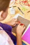 做手工制造礼品券的女孩 库存照片