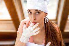 做手工制造糖果的妇女 库存图片