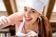 做手工制造糖果的妇女 免版税库存照片