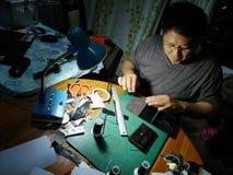 做手工制造钱包皮革的泰国人做由皮肤crocodil 免版税库存图片