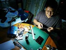 做手工制造钱包皮革的泰国人做由皮肤crocodil 库存图片