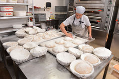 做手工制造面包的面包师在塑造面团的家庭面包店在tradional在索非亚, 9月的保加利亚塑造 库存照片