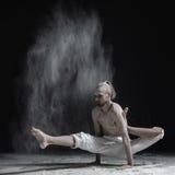 做手平衡asana brahmachariasana的灵活的瑜伽人 免版税图库摄影