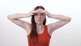 做手指的水平的运动的在眼眉的深色的妇女画象减少在之间的皱痕 股票录像
