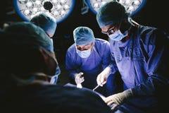 做手术的专业外科医生队  库存图片