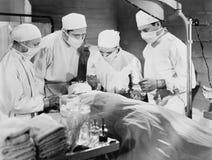 做手术的小组医生(所有人被描述不更长生存,并且庄园不存在 供应商保单Th 免版税库存照片