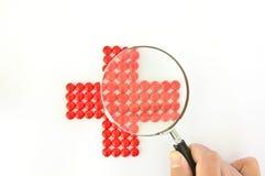 做扩大化的药片红色的交叉玻璃 图库摄影