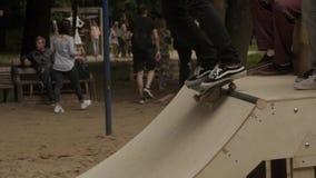 做把戏的溜冰板者在冰鞋公园 股票录像