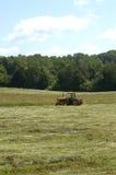 做拖拉机的农厂干草 免版税库存照片
