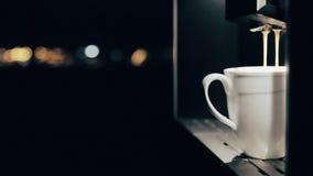 做拿铁Macchiato的咖啡机器 侧视图 股票录像