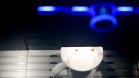做拿铁Macchiato的咖啡机器 顶视图 股票录像