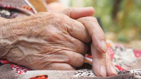 做按摩她的起皱纹的手的祖母外面 年长妇女室外照料她的胳膊 关闭侧视图 影视素材