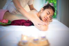 做按摩温泉用治疗糖的男按摩师在泰国温泉生活方式的亚裔妇女身体洗刷, 库存照片