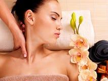 做按摩的男按摩师一名妇女的脖子温泉沙龙的 免版税库存图片