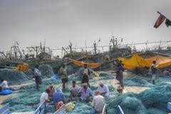 做捕鱼网的人们 免版税库存图片