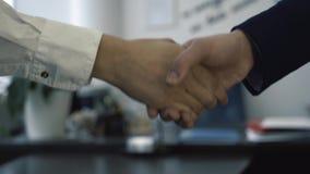 做握手的买卖人特写镜头  到达天空的企业概念金黄回归键所有权 股票录像