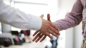 做握手的商人在办公室 影视素材