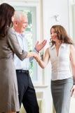 做握手的商人在协议以后 库存照片