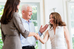 做握手的商人在协议以后 免版税库存图片