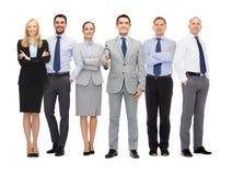做握手的小组微笑的商人 免版税库存图片