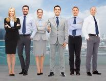 做握手的小组微笑的商人 免版税库存照片
