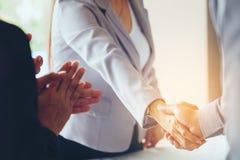做握手,合作祝贺,合并的商人 图库摄影