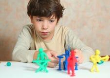 做摇滚小组音乐家的男孩由雕塑黏土 免版税库存图片