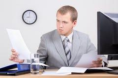 做文书工作的担心的会计在办公室 免版税库存图片