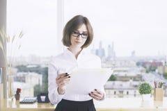 做文书工作的被聚焦的女实业家 免版税库存图片
