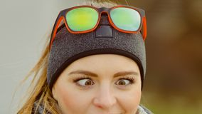 做斜眼看的滑稽的女孩眼睛 免版税库存照片