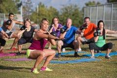 做新兵训练所锻炼的混合群 库存图片