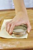 做新月形面包曲奇饼用果酱 系列 与切削刀的切口面团 免版税图库摄影