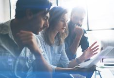 做新的企业方向的三个伙伴研究 遇见概念的商人 被弄脏的背景 播种 免版税图库摄影