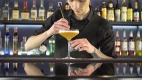做新酒精饮料的男服务员 影视素材