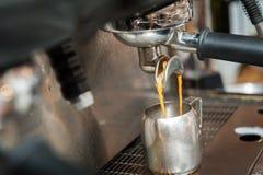 做新鲜的咖啡 免版税库存图片