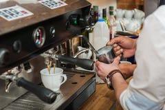 做新鲜的咖啡 免版税库存照片