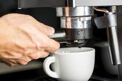 做新鲜的浓咖啡 图库摄影