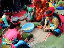 做方形的糯米的传统服装检查的人们 库存图片