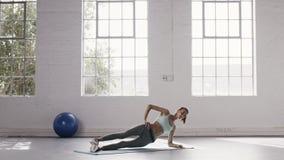 做旁边板条锻炼的妇女在健身演播室 股票视频