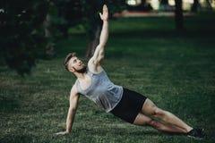 做旁边板条,瑜伽锻炼的运动员 库存图片